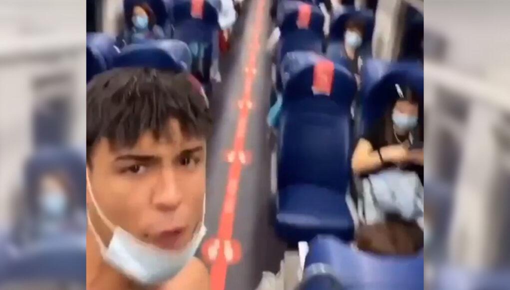 si spoglia sul treno video torino milano